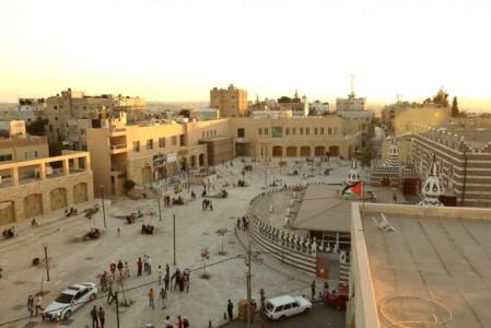 En las fotos se muestra la plaza Ashrafieyh, Amán en Jordania; la imagen de arriba muestra el domino de los automóviles así como una disposición caótica del uso del suelo urbano (año 2004), mientras que la foto de abajo muestra la revitalización y regreso del espacio público fungiendo como plaza cívica ex profeso para uso de la ciudadanía.